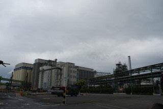 このような工場地帯の中に知多蒸溜場は佇んでいます